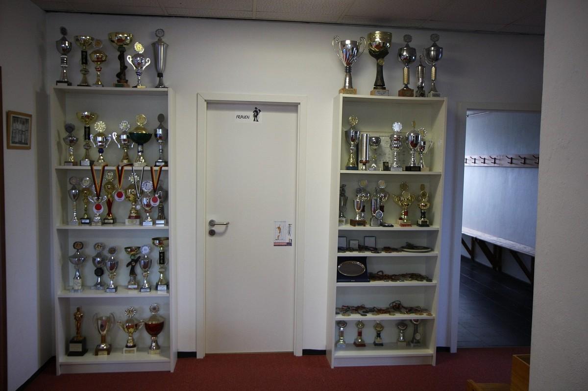 Umkleiden und Pokale