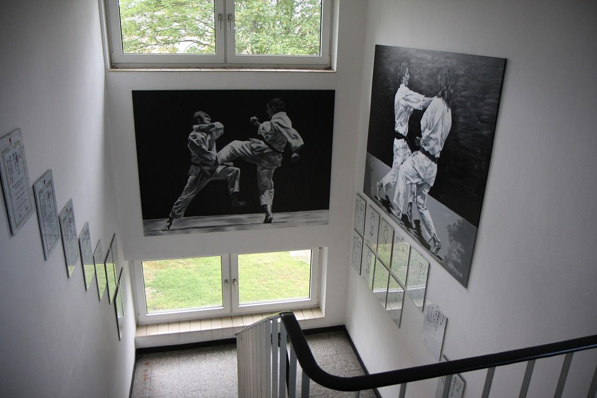 Treppenhaus und Karate-Bilder